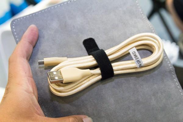 新発売の高耐久USBケーブル。見たことあるけど、端子部分のデザインが少し違うような気が