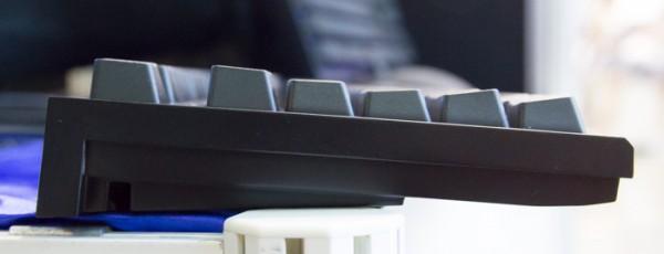 キーボードの側面。ステップスカルプチャー方式を採用