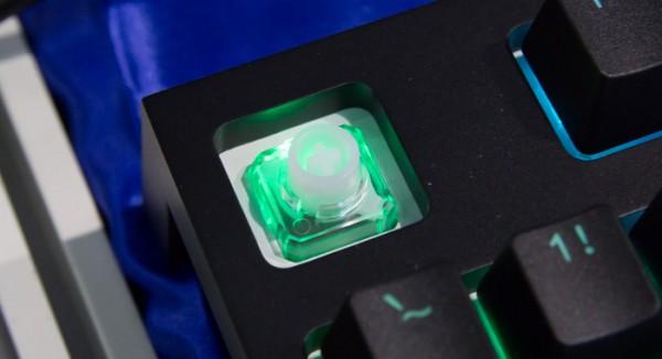 静音性とキータッチに優れる静電容量無接点方式のキースイッチを採用しています
