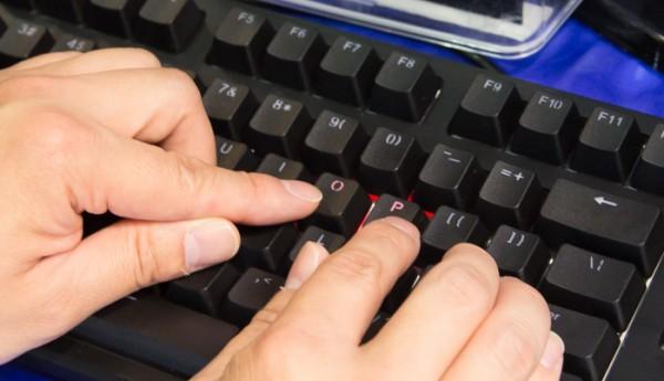 アクチュエーションポイントが浅い「O」キーでは少し押しただけでバックライトが点灯していますが、「P」キーでは深めに押さないとスイッチが作動しないことがわかります