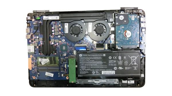 OMEN by HP 15の本体内部。デュアルファン仕様で、冷却性能には問題ないように見えます