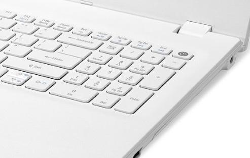 製品画像のキーボードにはテンキーが付いていますが、通常11.6型モデルにテンキーは付いていません。仮に新機軸として加えたのであればキーピッチは非常に小さくなり、かなり使いづらいはずです
