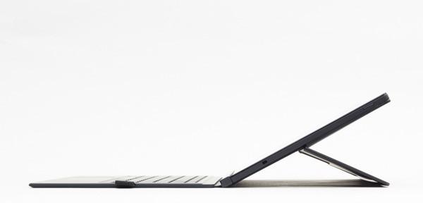 液晶ディスプレイ背面のキックスタンドは、角度を自由に変更できます。最大角度はこれくらい