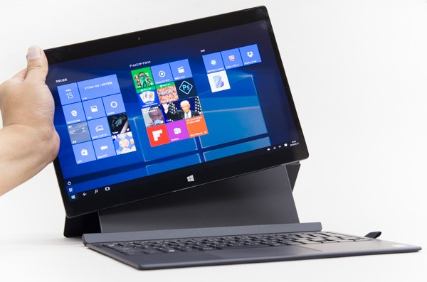 12.5型の4Kタブレット。付属のキーボードに装着することで、ノートパソコンのようにも利用できます