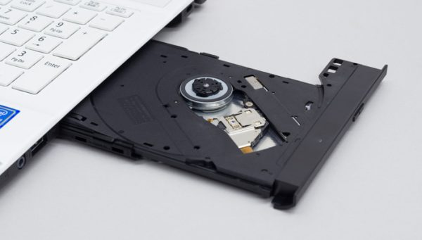 光学ドライブには、DVDの読み込みと書き込みが可能なDVDスーパーマルチドライブを選びました。オプションを選択することで、ブルーレイディスクドライブに変更できます