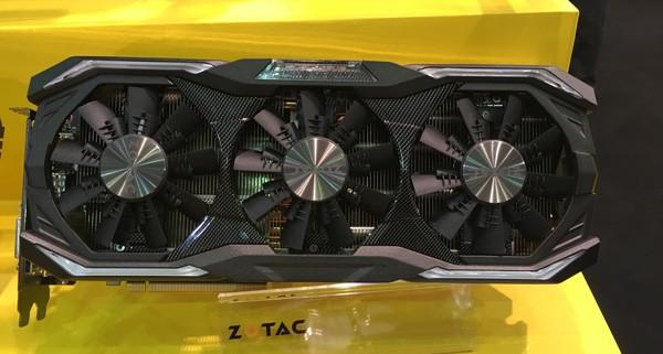 3つの空冷ファンを搭載したZOTAC GeForce GTX 1080 AMP Extreme。GALLERIAシリーズでも