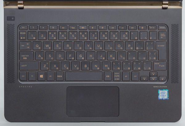 キーボードはテンキーなしの84キー構成。キーピッチは18.7mmでフルピッチに(19mm)よりやや短めですが、サイズ的には十分な大きさでした