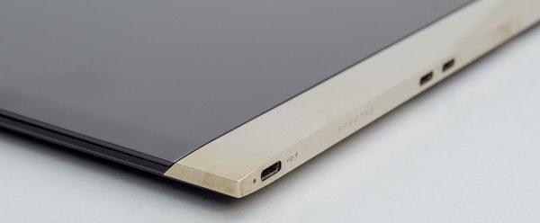 ヒンジ部分には、着色アルマイト処理とポリッシュ加工を施したアルミ素材が使われています