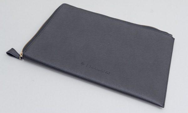 こちらはメーカー純正オプションの「HP Spectre レザークラッチバッグ」