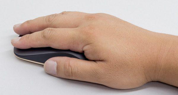 かなり薄いので、手でホールドするよりも、手のひらを添えるように置くのがおすすめ