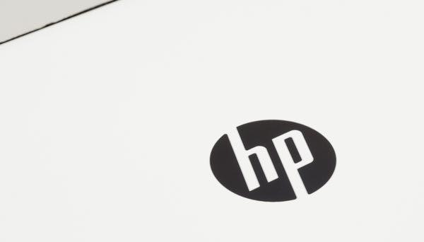 天板中央のロゴは、光沢のあるブラックで描かれています