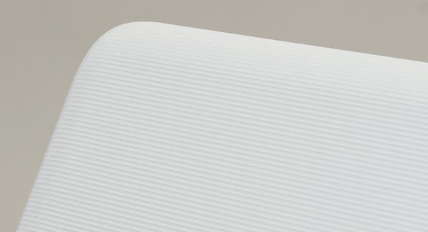 天板部分にはストライプ上のテクスチャーパターンが施されています。指紋や油脂による汚れが目立たなくなるとともに、手に持った時のグリップ感が高まる効果も