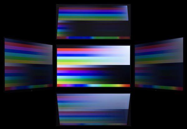 視野角は広くありません。斜めから見たときの色の落ち込み具合から、TNパネルが使われていると思われます