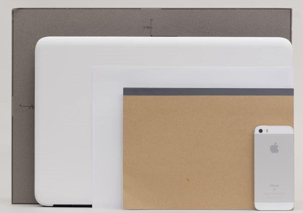 B4サイズ(グレーのパネル)と、書類でよく使われるA4用紙の中間程度の大きさです
