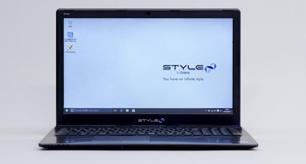 液晶ディスプレイのサイズは標準的な15.6型で、解像度は1366×768ドットです