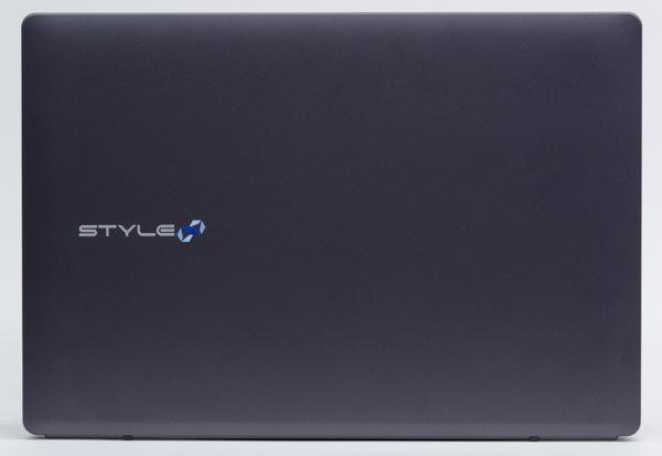 フットプリント(設置面積)は幅378×奥行き262mm。トップカバーにはパソコンでは一般的な樹脂(プラスチック)が使われています