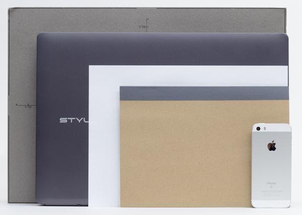 本体のサイズ比較。B4サイズのパネルと、一般的な書類でよく使われるA4用紙の中間程度の大きさです