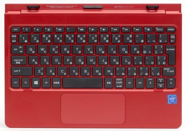 付属のキーボードドック。84キー構成で、テンキーはありません。キーピッチは17.3mmとやや小さめ
