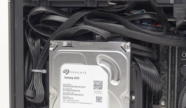 HDD上部のすき間には、ケーブル類がギュウギュウに押し込められています