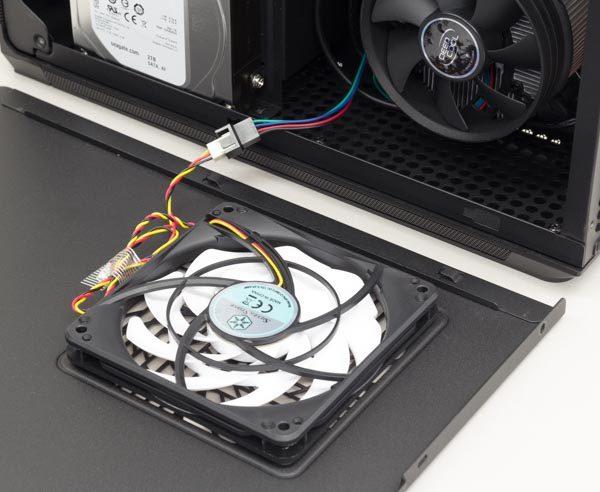 内部にアクセスする際は、右側のサイドパネルを開きます。このとき、パネルに取り付けられた空冷ファンのコードを引きちぎらないように注意してください