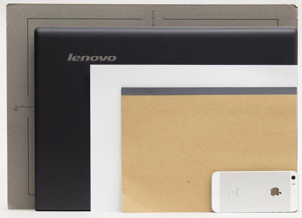A3(グレーのパネル)とA4用紙、B5ノート、スマートフォン(iPhone SE)とのサイズ比較