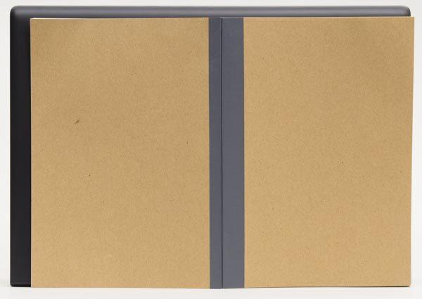 標準的なノートを見開きにしたB4サイズよりも、ひと回り大きい程度です