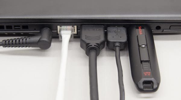 端子間のすき間は広く、ケーブル同士が干渉することはありませんでした。ただ左側面の中央に電源コネクターがあるため。ケーブルの取り回しが不便です。また右利きの人が有線マウスを使う場合、ケーブルを液晶ディスプレイの後ろに回す必要があります