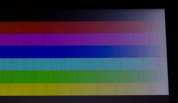 液晶ディスプレイを斜めしたから見ると、ムラのような模様が見えました