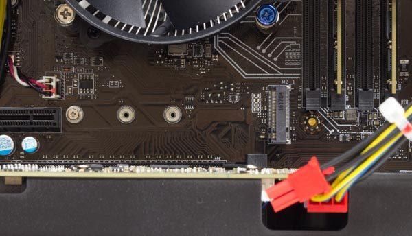 CPUの下には、M.2スロット