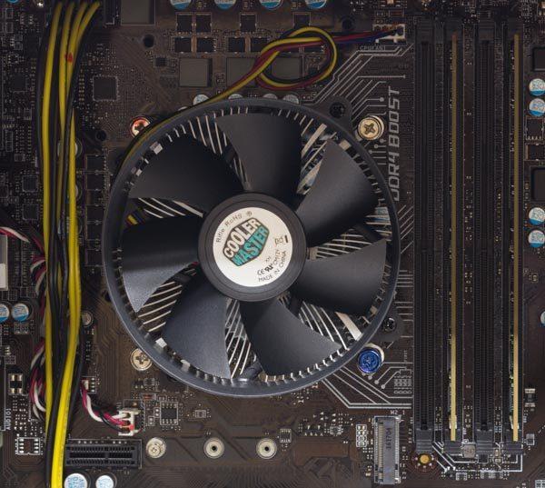 CPUとメモリー。CPUクーラーにはCooler Masterの小型ファンが使われていました