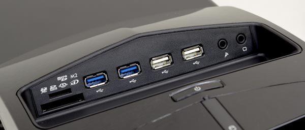天面部にはSD/microSDカードスロット、USB3.0×2、USB2.0×2、ヘッドホン出力、マイク入力