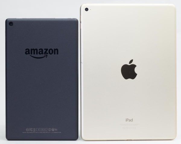 Fire HD 8と9.7型のiPad Air 2の大きさの違い