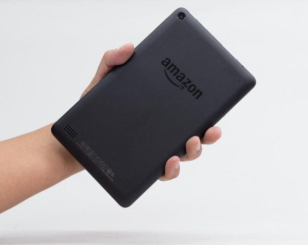 7型Fireタブレットの大きさ。片手でも楽に持てるサイズです