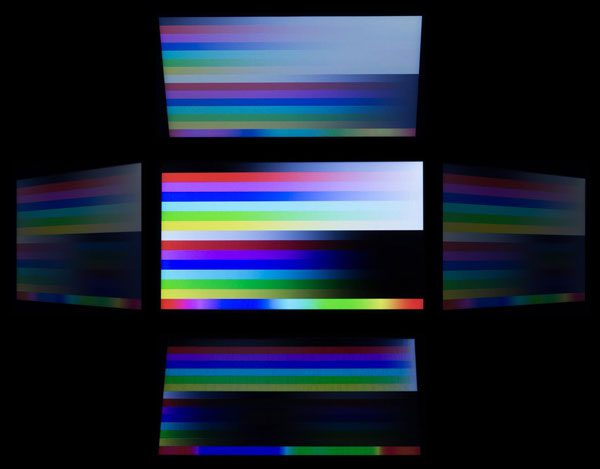 視野角はそれほど広くなく、映像を斜めから見ると色が落ち込みます