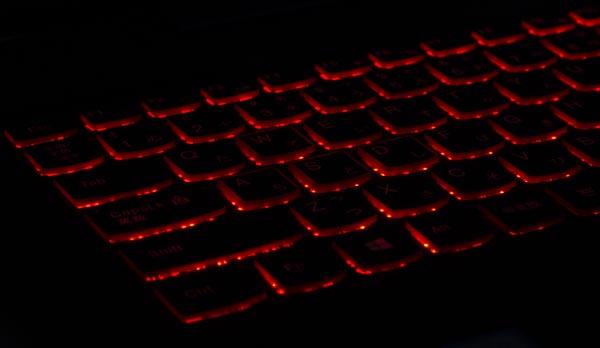 キーボードには赤いバックライトも搭載されています