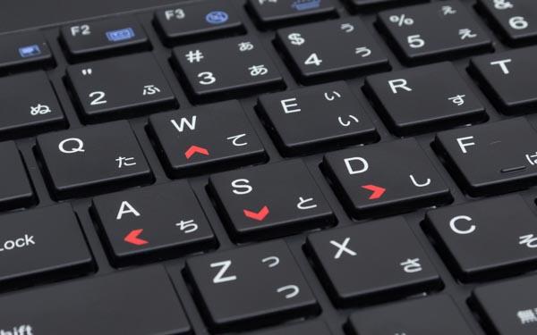 ゲームで移動に使うWASDキーに矢印が付いているのは、ゲーミングノートPCならではの配慮