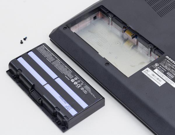 左側のネジを2本外せば、バッテリーを取り外せます