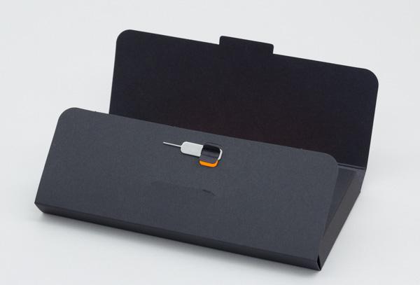 SIM交換用のピンは、マニュアルケースに付いています