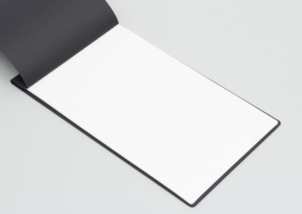 ノートのサイズは奥行き255×幅144mm。B5サイズ(奥行き257×幅182mm)よりも幅が4cm弱短め
