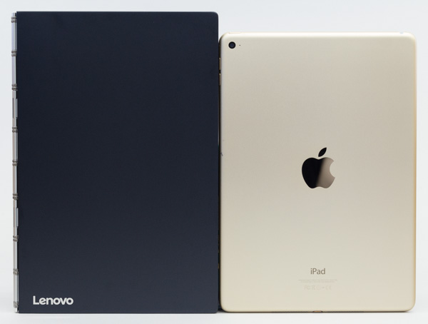 YOGA BOOK with Windows(左)とiPad Air 2(右)の大きさの比較