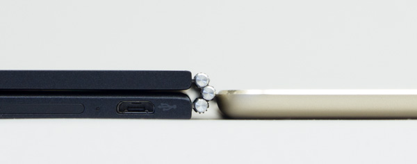 iPad Air 2は高さが6.1mm。YOGA BOOK with Windowsは2-in-1なので、iPad Air 2よりも厚くはなるのは仕方がないかなと