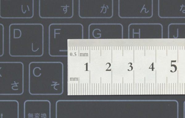 キーピッチは実測で18mmでした。フルピッチ(19mm)よりもやや小さめですが、10.1型でこれだけの大きさが確保されているのはありがたい仕様です