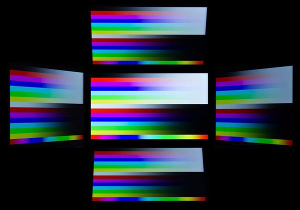 視野角はかなり広め。ただし光沢ありのグレアタイプなので、光の映り込みは目立ちます