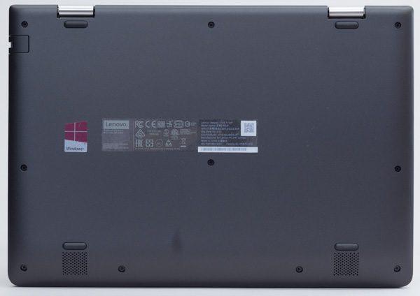 ideapad 310Sの底面部。エアインテーク(通気孔)のないファンレス仕様です(下部の孔はスピーカー部分)