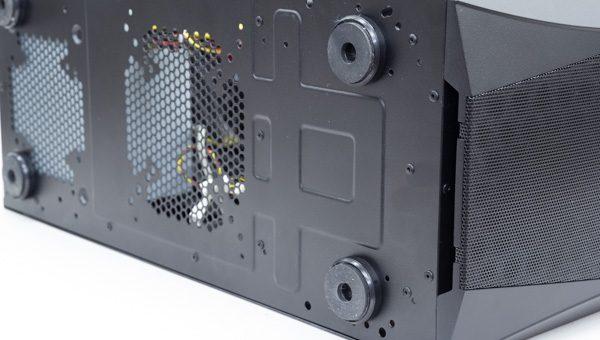 GALLERIA XFの底面部。エアインテーク(通気孔)とインシュレーターにより、効率的なエアフロー(空気の流れ)が確保されています