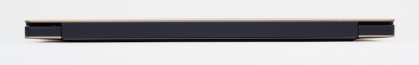 背面の高さはカタログ値で15mm。本体と液晶ディスプレイをつなぐヒンジが表に出ていないので、見た目は非常にスッキリしています