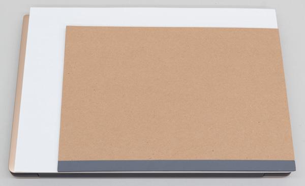 本体の面積(フットプリント)は幅304×200mm。A4サイズ(幅297×奥行き210mm)。面積比ではA4用紙よりも3%小さい!