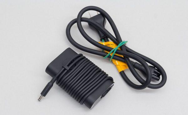 付属の電源アダプター。コードを巻き付ける留め具も用意されています