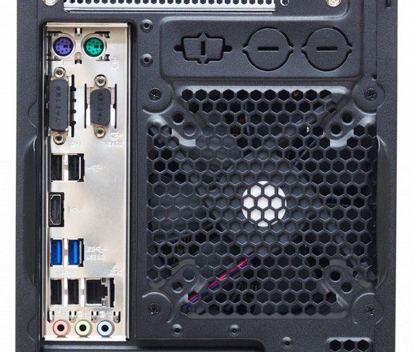 背面のI/Oパネル。PS/2ポート×2、USB2.0×4、USB3.0×2、有線LAN、サウンド出力などを用意。この部分の映像出力端子は利用しません