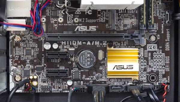 拡張スロットの構成。M.2スロットも用意されていますが、カスタマイズオプションはSATA接続のSSDのみ用意されています